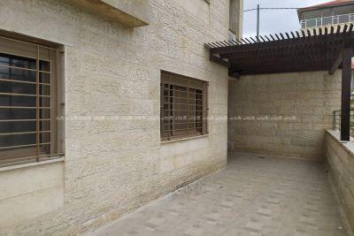 شقة طابقية مع ساحة خارجية مميزة جديدة لم تسكن من قبل للبيع