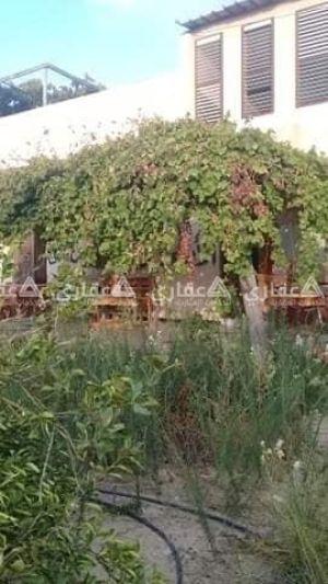 أرض للبيع فيها بيت مشطب