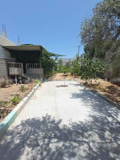 قطعة أرض للبيع يوجد بها بيت باطون